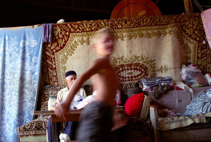 Расула сегодня не пустили на праздник- День рыбака, оставили дома в компании прапрадедушки- Расул совсем перестал слушаться родителей. Непослушание и неуважение к старшим достойно самого жесткого порицания в дагестанской семье - но Расулу все равно, он любит делать то, что ему нравится: прыгать, бегать, играть, веселиться. А когда вырастет большим он хочет стать президентом.