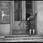 09_vladimir-sokolaev-vhod-v-uchilishche-baleta.-teatralnaya-ulica-v-leningrade.-24.06.1982