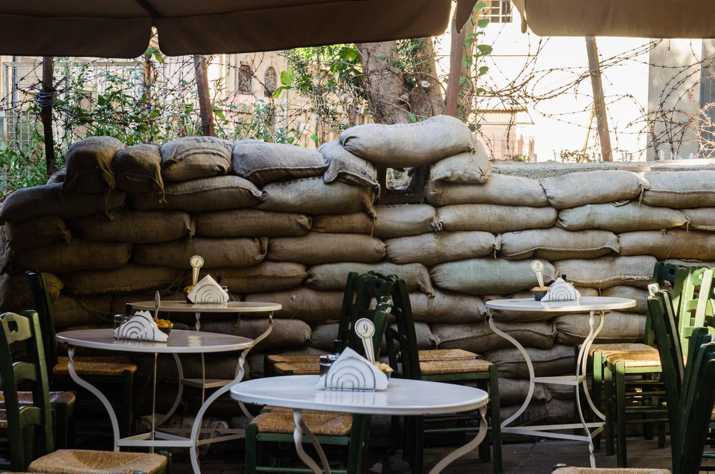 Кафе в столице Кипра Никоссии около границы, разделяющий остров Кипр на две части