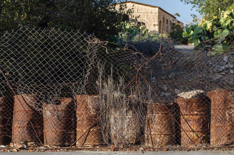 Граница закрытого греческого района Вароша- части города Фамагуста. Доступ в этот район невозможен более 42 лет, все это время эта территория контролируется турецкими военными.  Жители этого района 1974 году покидали свои дома под бомбардировкой турецкой армии. Сейчас это  один из наиболее сложных вопросов в переговорах по мирному урегулированию Кипрской проблемы.