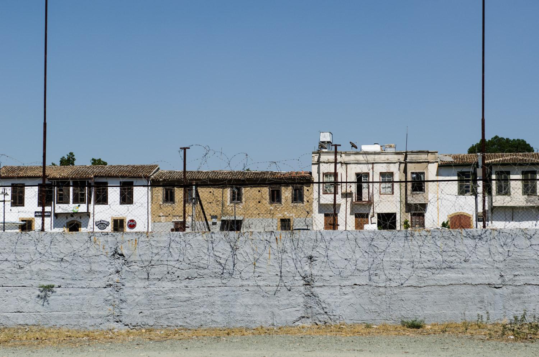 Вид на жилой квартал на Северном Кипре из нейтральной зоны, где сейчас находится штаб-квартира миротворческих войск ООН.