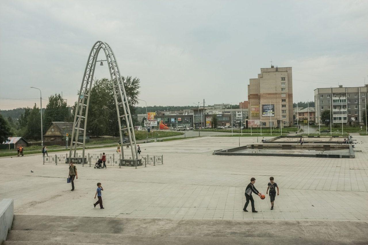 Кариаон и неработающий фонтан напротив Ледового Дворца