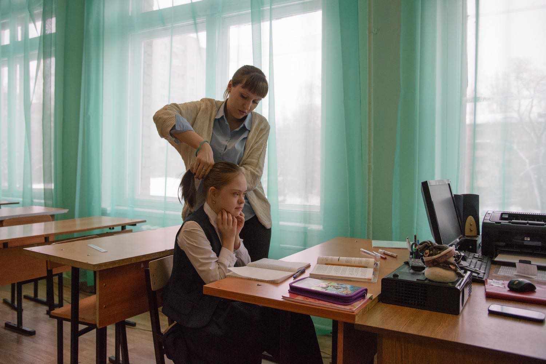 Учителя очень тепло относятся к Ане. Надежда Алексеевна преподает русский язык и литературу в классе и индивидуально. По этим предметам у Ани наибольшие успехи. У сына Надежды Алексеевны тоже синдром Дауна. Он пойдет в первый класс в эту школу в следующем году.