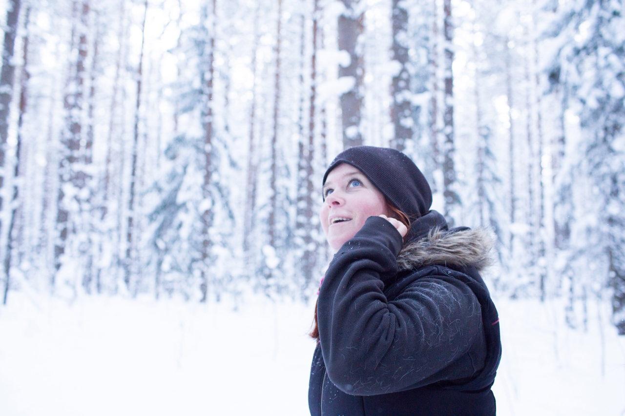 Марина (основательница хутора) во время прогулки по лесу с гостями