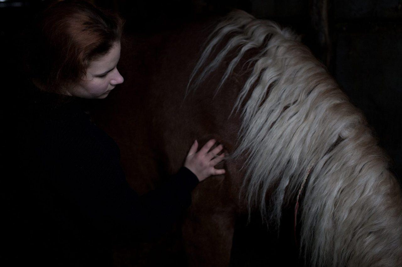 Ксения (воспитанница хутора) успокаивает лошадь