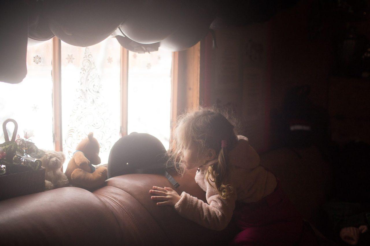 Маша (дочка Марины) играет в гостевом домике