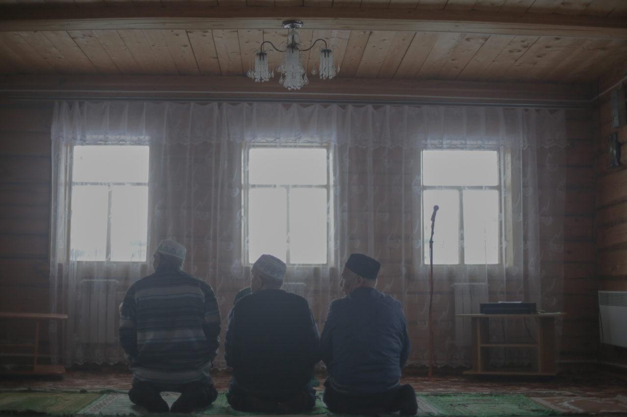 Полуденный намаз в деревенской мечети