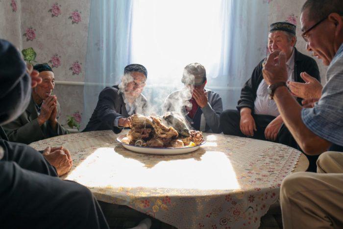 Годовые поминки по умершему (дога) - очень древняя казахская традиция. Дога в современном виде - это яркое проявление коллективной памяти российских казахов, демонстрации их локальной идентичности и связи с местом проживания. Такие поминки устраивают не только год спустя, но и через 10, 15 и даже 30 лет. Аул Каскат, Омская область.