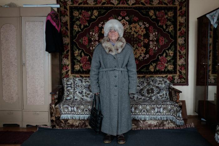 Вера в пальто, которое она купила, когда распался Советский Союз, чтобы не пропали деньги.